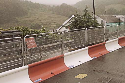 Expandable barrier for roadworks